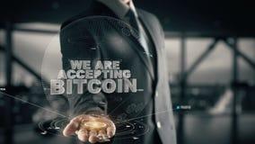 Wij keuren Bitcoin met het concept van de hologramzakenman goed stock videobeelden