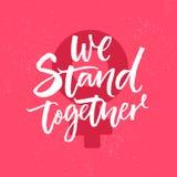 Wij verenigen ons Inspirational feminismeslogan, de inschrijving van de borstelkalligrafie op roze achtergrond met vrouwelijk ges Stock Afbeeldingen