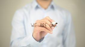 Wij zijn Één, Mens die op het Transparante Scherm schrijven stock afbeeldingen