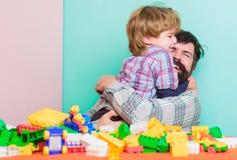 Wij zijn Familie de bouwhuis met kleurrijke aannemer kleine jongen met papa die samen spelen Gelukkige familievrije tijd Kind stock fotografie