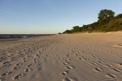 Wijd en lang zandig strand op de Oostzee royalty-vrije stock fotografie