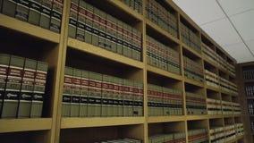 Wijd geschoten van boeken in wettelijke bibliotheek in advocatenkantoor stock videobeelden