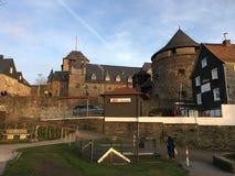 Wijd Geschoten van Burg-Kasteel Schloss Burg in Burg een der Wupper Solingen in mooi zonlicht royalty-vrije stock foto