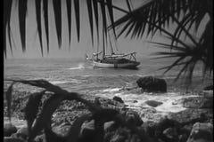 Wijd geschoten van de mens die naar vastgelegde boot in oceaan zwemmen stock videobeelden