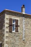 Wijd geschoten van de oude metselwerkbouw onder blauwe hemel stock afbeeldingen