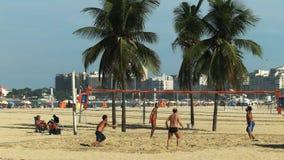 Wijd geschoten van een footvolleyspel op copacabanastrand in Rio stock video