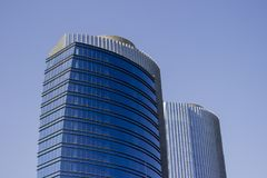 Wijd geschoten van een paar high-rise van het tweelingen collectieve blauwe bureau gebouwen met een gestreept ontwerp stock afbeelding