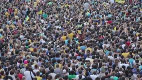 Wijd geschoten van grote onherkenbare menigte van voetbalventilators Duizenden mensen stock videobeelden