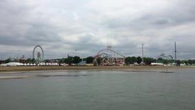 Wijd Geschoten van grote Pret Eerlijke die 'Rheinkirmes met Ferris Wheel, Achtbaan, Carnaval-Ritten van de Rivier Rijn worden gef stock video