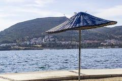 Wijd geschoten van het veelvoudige zon in de schaduw stellen op de kustlijn bij summertimeClose-op wijd geschoten van zon die op  stock fotografie