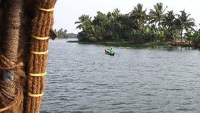 Wijd geschoten van lokaal in kano op riverbank stock videobeelden