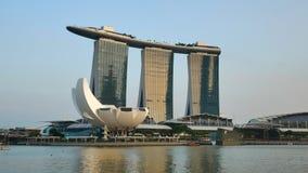 Wijd geschoten van Marina Bay Sands-hotel bij de zonsondergang in Singapore stock footage