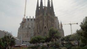 Wijd geschoten van Sagrada familia in Barcelona Spanje stock video