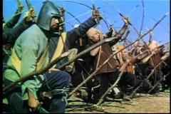 Wijd geschotene middeleeuwse boog en pijloorlogvoering op slagveld stock footage