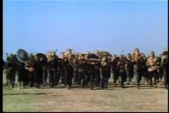 Wijd geschotene middeleeuwse militairen die op slagveld vooruitgaan stock footage