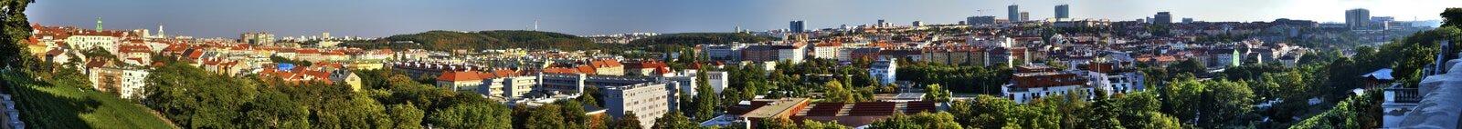 Wijd panoramisch op cityscape van Praag, Vinohrady en Nusle-gebied, van het populaire Havlicek-park royalty-vrije stock foto
