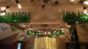 Wijd vestigend schot van het binnenland die van de het banketzaal van het Kerstmishuwelijk met decorandlijst bij restaurant plaat stock video