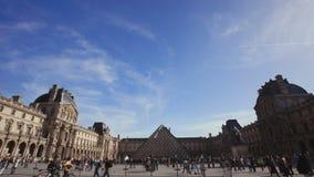 Wijd vestigend schot van het latmuseum met pyramide stock footage
