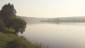 Wijd vlotte diepe rivierstromen langzaam in grote vallei in ochtendmist stock video