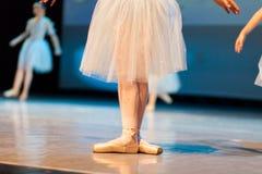 Wijfje in balletpositie inzake stadium royalty-vrije stock afbeeldingen