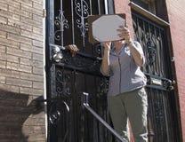 Wijfje dat binnenstadsbuurt grondig onderzoekt royalty-vrije stock afbeelding
