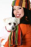 Wijfje dat een huisdierenhond knuffelt Stock Foto's