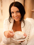 Wijfje dat een mok koffie houdt Stock Foto
