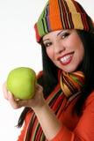 Wijfje dat een verse groene appel houdt stock foto