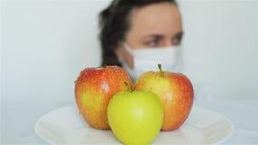Wijfje dat GMO-Appelen met Chemische producten bespuit stock footage