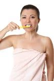 Wijfje dat haar tanden borstelt stock afbeeldingen