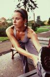 Wijfje dat jogger strecting. 2 stock foto