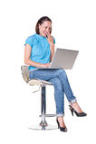 Wijfje dat laptop en het lachen bekijkt Stock Afbeeldingen