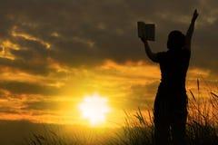 Wijfje dat met bijbel #2 bidt Stock Fotografie