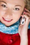Wijfje dat mobiele telefoon met behulp van stock foto's