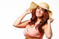Wijfje in de zomerkleding met handen op hoed Royalty-vrije Stock Foto's