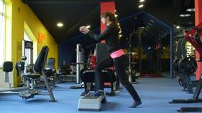 Wijfje die aerobics in gymnastiek doen stock videobeelden