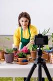 Wijfje die blogger houseplants het groeien verklaren royalty-vrije stock foto