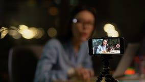 Wijfje die blogger video, opleidings of product overzicht schieten, die geld online maken stock video