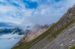 Wijfje die in de bergen van Lechtal-Alpen, Oostenrijk wandelen Royalty-vrije Stock Foto