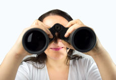 Wijfje die door verrekijkers kijken Stock Foto's