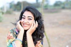 Wijfje die gelukkige glimlachhanden op gezicht stellen stock foto's