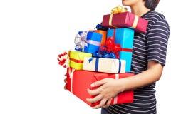 Wijfje die heel wat Kerstmisgiften in haar handen houden Stock Fotografie