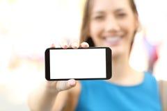 Wijfje die het leeg horizontaal telefoonscherm tonen royalty-vrije stock foto