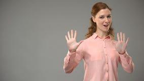 Wijfje die hoe vragen u in gebarentaal, tekst op achtergrond, mededeling bent stock footage