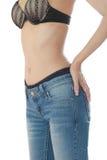 Wijfje die jeans dragen die en op witte backgro isoleert Stock Afbeeldingen