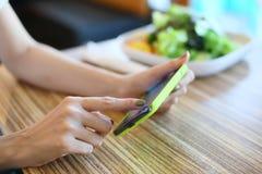 Wijfje die mobiele telefoon met behulp van Stock Foto's