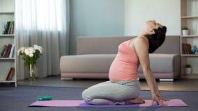 Wijfje die op babyzitting wachten op mat, gevoels babys reactie na opleiding royalty-vrije stock foto's
