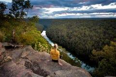 Wijfje die rivier van meningen vanaf klippenbovenkant genieten Royalty-vrije Stock Foto