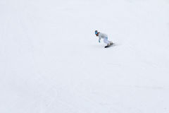 Wijfje die snowboarder de hellingen in de winter schommelen Royalty-vrije Stock Foto's