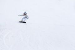 Wijfje die snowboarder de hellingen in de winter schommelen Stock Foto's